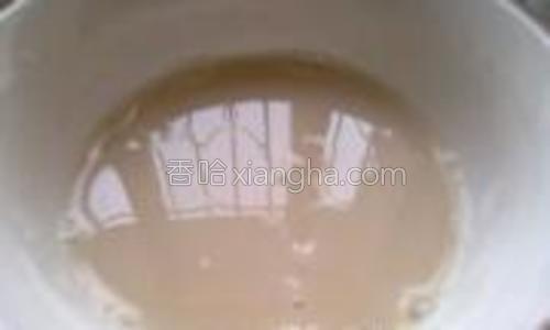 酵母倒进温水里静置几分钟。