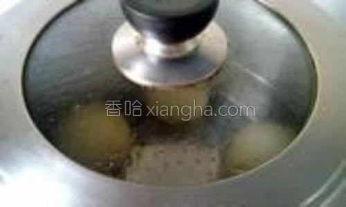 发酵好放入蒸锅中,大火蒸5分钟左右,再焖三分钟即可。