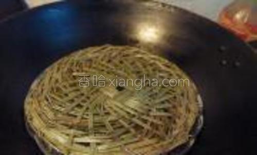 锅中加水,加入竹帘,竹帘抹上适量的油(竹帘第一次使用)
