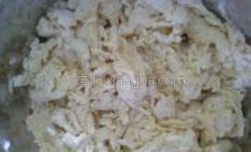 酵母水倒入面粉内,边倒边搅呈棉絮状