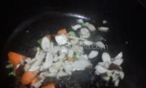 炒出小葱的香味后倒入木耳和迷你杏鲍菇继续翻炒。