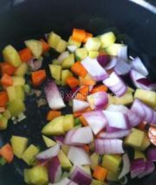至土豆胡萝卜熟烂时加入洋葱