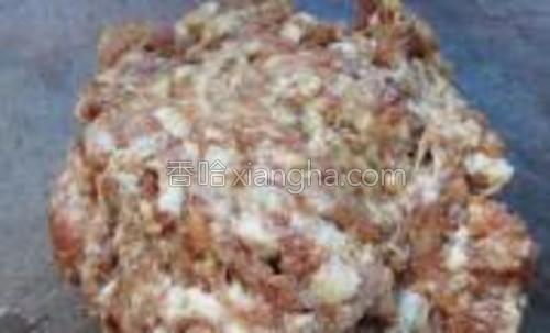 条肉先切后剁成肉泥,边剁边加入料酒一勺,食盐一茶匙,生抽少许,翻剁均匀。这个土豆葱肉包用了其中的一半肉泥。