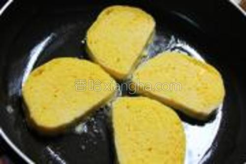 平底锅刷上油,放入浸过鸡蛋液的馒头片,边浸边放哦(不能浸太长时间,要化的哦)。