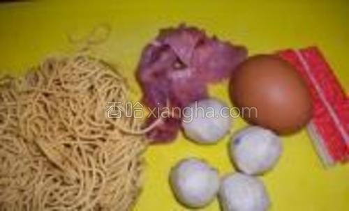 原料:伊面,肉片,蟹柳,鱼圆,鸡蛋。
