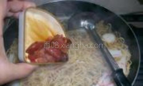 加入腌制过的肉片入面条煮2分钟。