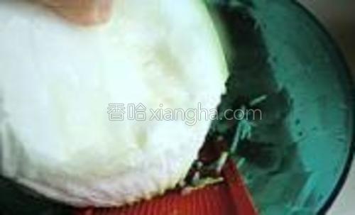 葫芦洗净擦丝。