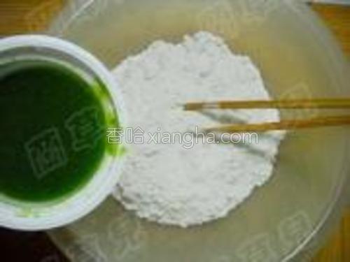 青椒汁倒入面粉中,加入少许盐,拌匀。