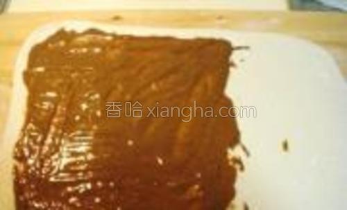 把合好的椒盐芝麻酱混合物,涂抹到面皮的三分之二处。