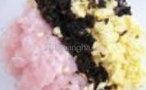 新鲜鱼肉(无刺)剁碎,去除鱼肉表面丝状纤维;黑木耳泡发洗净,焯水后切末;榨菜切成小块状备用。