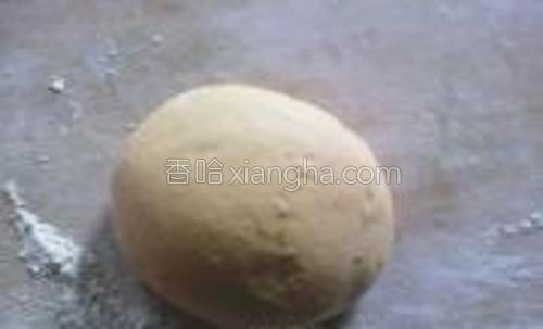 发好的南瓜面团一块,充分揉匀至光滑无气泡