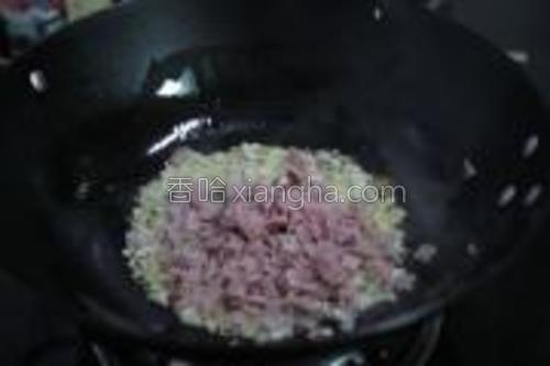 加入火腿及虾肉炒熟。