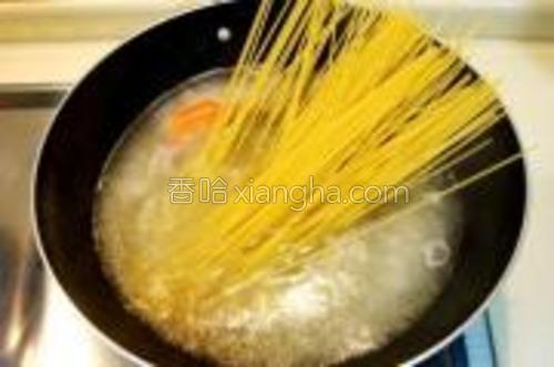 用此汤下入意面。