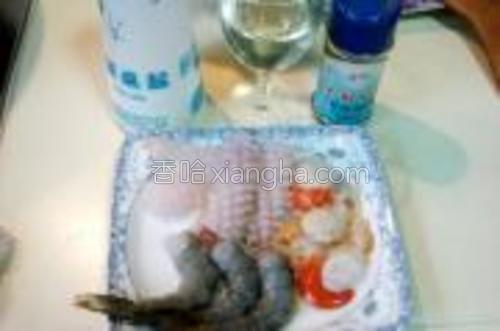 海鲜料用盐、黑胡椒、白葡萄酒调味儿备用。