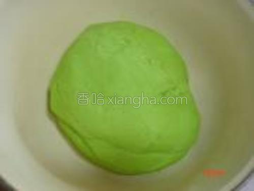 面粉加入发酵粉,慢慢调入菠菜汁和成光滑面团进行发酵。