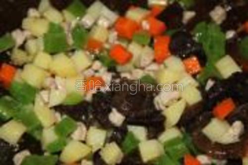 再按易熟程度,放入胡萝卜等切好的丁,翻炒几下加适量水煮开。