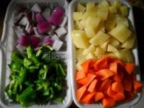 土豆、胡萝卜、青椒、洋葱洗净切小块备用。