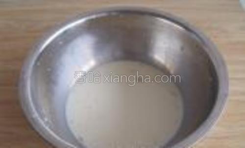 牛奶加酵母搅拌均匀。