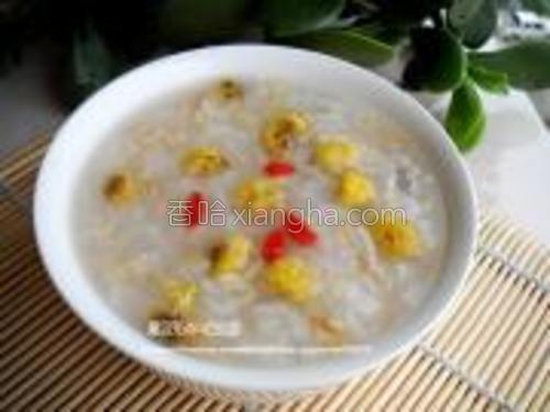 煮好的燕麦粥可以加入冰糖,也可以佐以小菜食用。