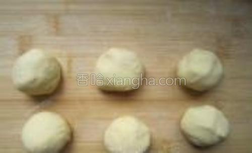发酵好的面团排气,充分揉匀后分成均匀小剂子。