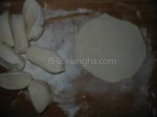 用温水调泡打粉和面,做成一个个生坯后擀开。