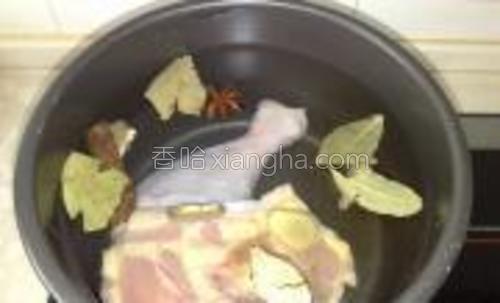 锅里放入清水,放入鸡腿后加大料,黄酒,姜片,香叶,桂皮大火烧开。