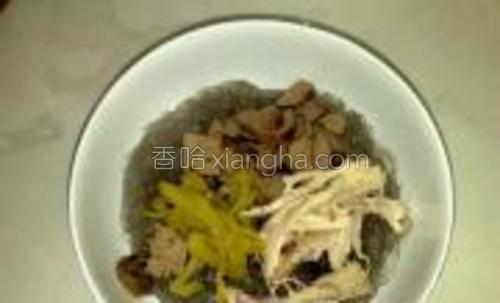 把鸡肝片,榨菜丝,鸡肉丝摆放在粉条上。