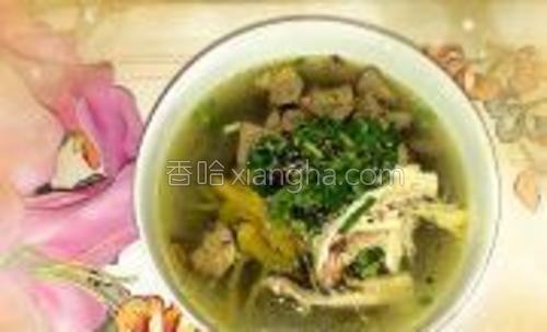 放入辣椒油,麻油,芝麻,孜然粉,陈醋,香菜末,放入鸡汤即可。