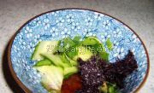 取一碗,加入黄瓜片香菜末榨菜末紫菜鸡精香油胡椒粉醋美味鲜酱油。