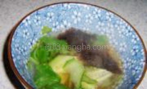 加入一勺煮馄饨的汤,把汤料冲开。