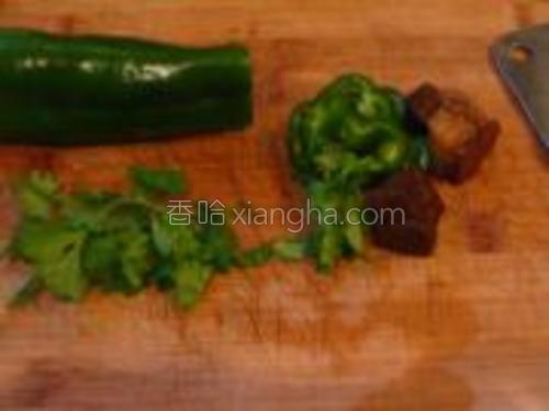 夹两块卤好的肉,和香菜、青椒一起放在案板上。