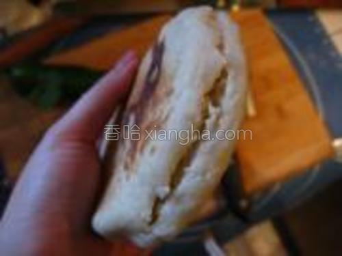 烙好的饼用小刀划开一个口,注意不要划断。