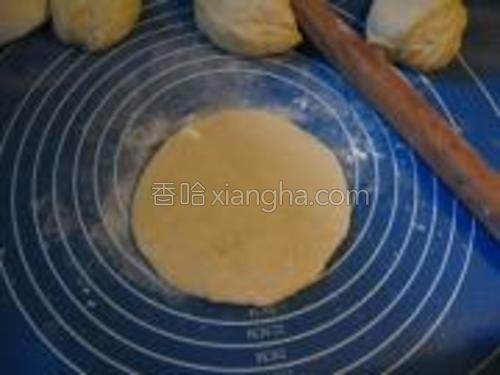 取一份擀开成圆饼,饧20分钟。