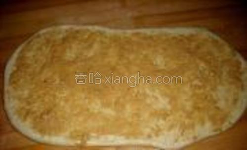 在饼皮上均匀的抹上花生酱;