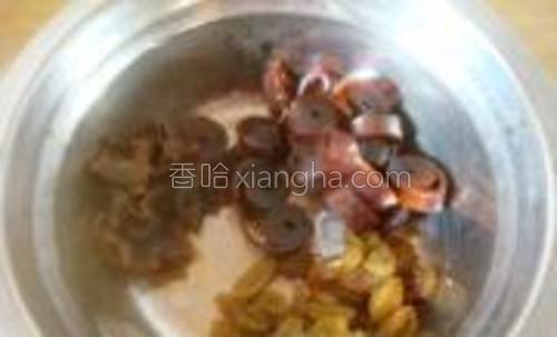 葡萄干洗净,桂圆剥去皮,果丹皮切成半公分厚的片。