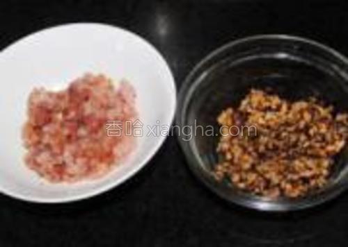 肉丁加点生粉跟生抽腌制15分钟。