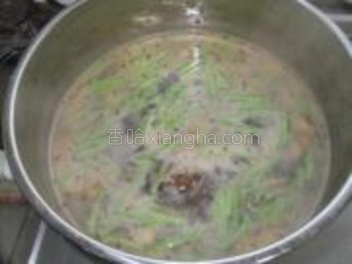 接下来将豆角倒入蒸锅中炖。