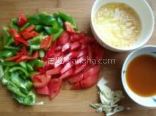 烤肉的同时准备配菜,将青椒红椒番茄切片,鸡蛋中加虾皮搅匀,蒜切片,调一份料汁:鸡精、生抽、加少许水加淀粉调匀即成料汁。