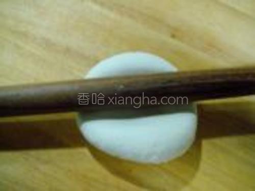 用擀面杖把饧好的面团擀开,擀大约一厘米厚即可。