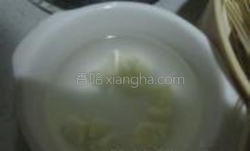 在煮面之前准备蒜水,把一个小蒜头包开,切成蒜末,然后再里面加点凉开水,让它浸泡着等待蒜水。(凉面加蒜水是免得吃了凉的东西,胃部不适拉肚子)