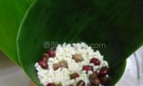 装入米料用勺子压压实