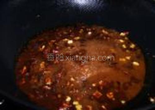 加入泡发香菇的水稀释,烧开后转小火熬制酱色变深至粘稠【注意要不断的搅动】