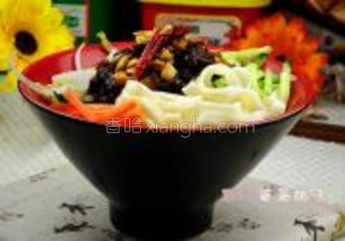 煮熟的面条捞在碗中,加入豆芽黄瓜丝胡萝卜丝再浇上麻辣花生素酱。一碗美味的素酱面就好了。
