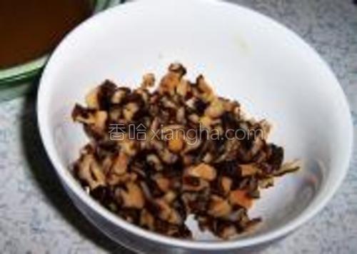 泡发好的香菇洗净切成小丁。【泡香菇的水不要倒掉】。