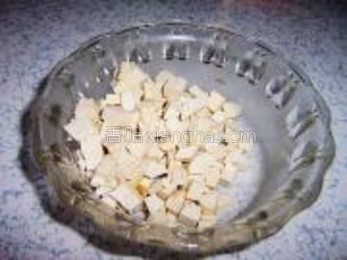 豆腐干也切成小丁备用。