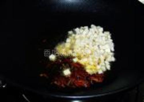 下入豆干丁煸炒至微黄。
