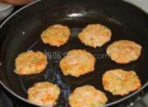 平底锅倒上适量橄榄油,用勺子将面糊一勺一勺放锅里,用铲子把它压压平,正反面煎下(勺子得清水里浸下,这样面糊不容易粘在勺子上)。