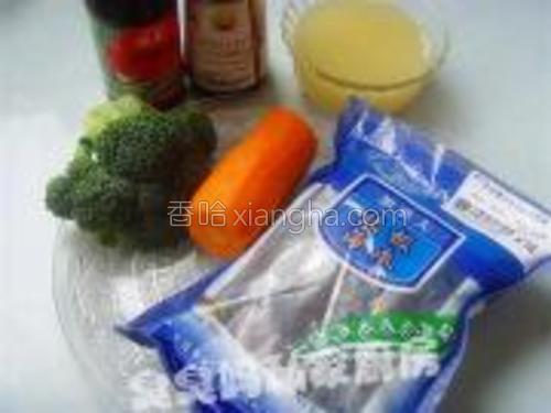 主料:即食海参<br/>辅料:西兰花、胡萝卜<br/>调味:鲍鱼汁、蚝油、葱、姜、鸡汤