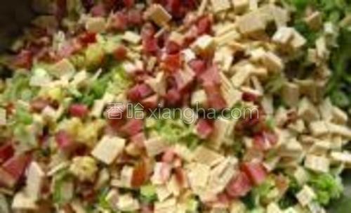 拌好后的效果,鲜红碧绿很是好看,然后是包和蒸,不用细说了,你明白的。