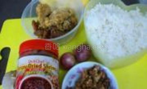原料:<br/>隔夜饭虾米酱&nbsp;&nbsp;姜葱<br/>剩余的肉碎,腊肠及炸鸡块。